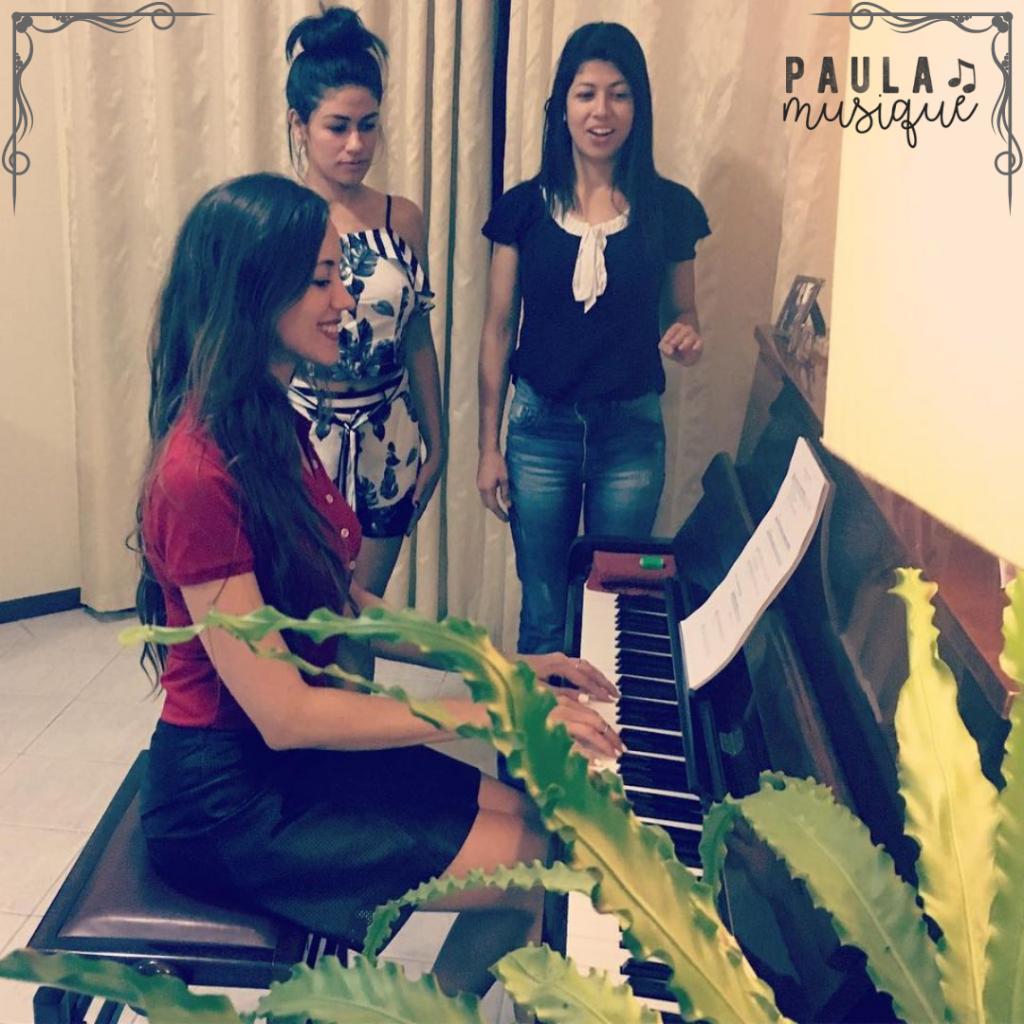 professora de canto e alunas