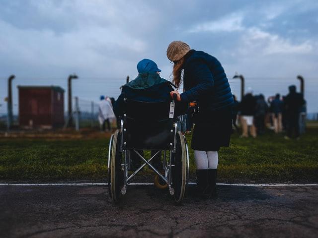 como ajudar as pessoas - menina com cadeirante