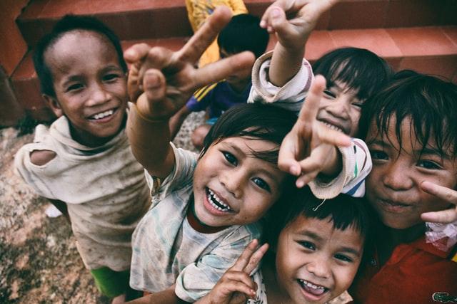 como ajudar as pessoas crianças sorrindo