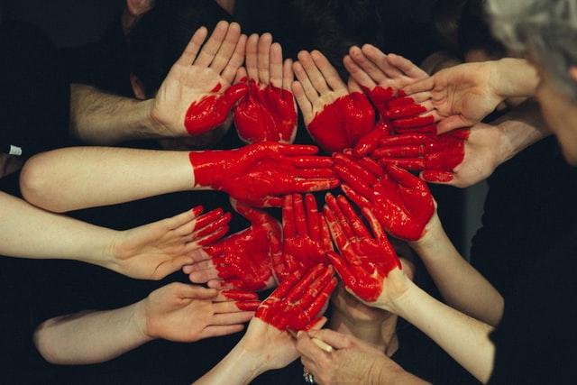 como ajudar as pessoas - mãos formando um coração