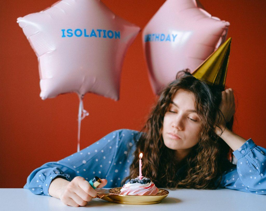 menina com bolo de aniversário sozinha